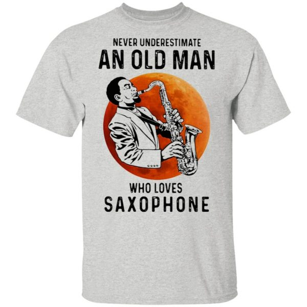 Never underestimate an old man who loves saxophone T-Shirt